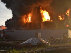 Нефтебаза под Киевом продолжает гореть