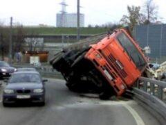 В Кропоткине зерновоз «КамАЗ» столкнулся с «ГАЗелью» и автобусом