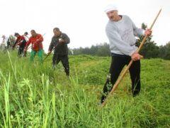 Александр Лукашенко научил Жерара Депардье правильно косить траву