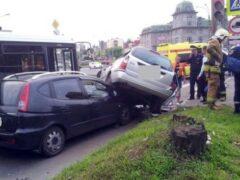 В Петербурге на Коломяжском Ford запрыгнул на Chevrolet и повредил автобус