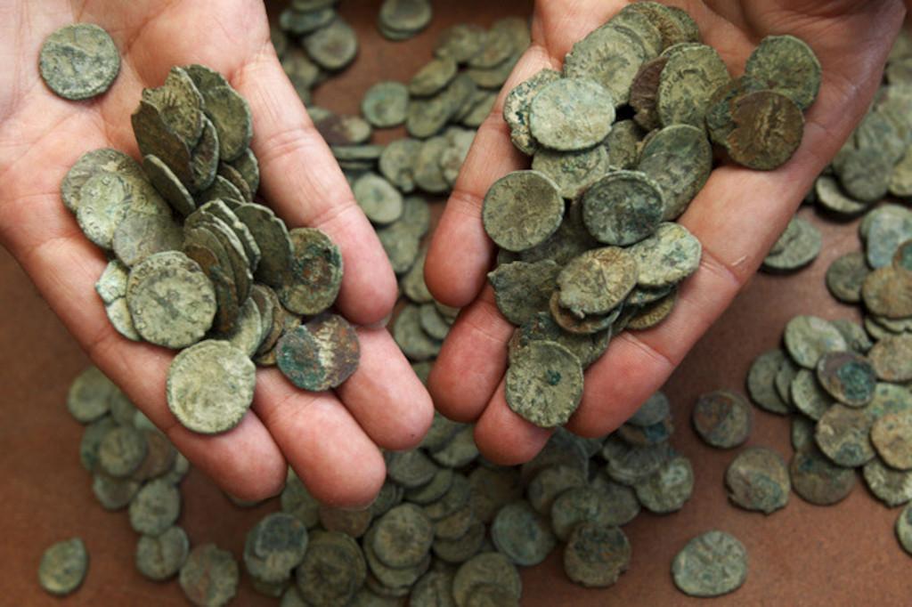 Москва: археологи нашли клад из тысячи медных копеек.
