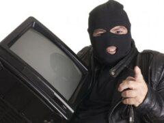 В Иркутске вор разбил в магазине дверь и вынес мультиварку и телевизор