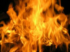 В Архангельске тушили пожар в нежилом доме