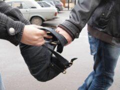 В ночь на 3 января омича обокрали на 14 тысяч рублей