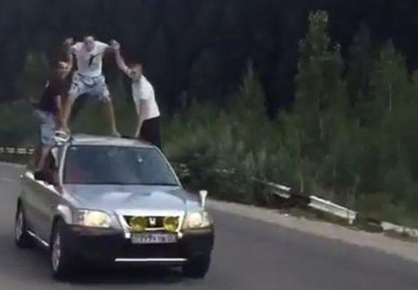Алматы парни катаются на крыше внедорожника