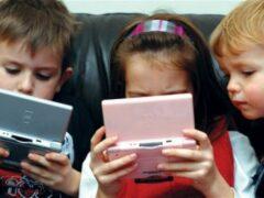 В РФ правилам безопасности на дороге детей научат через смартфон