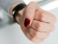 Жительнице Красноярска грозит суд за жестокое избиение двух школьниц