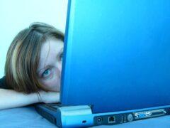 13-летнюю школьницу из Стрельны принуждали к сексу через соцсеть