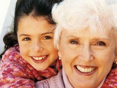 Ученые: у людей появились семьи благодаря бабушкам