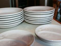 Большие тарелки и чашки заставляют нас переедать, выяснили ученые