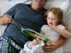 Ученые: Дети развиваются лучше, если сказки на ночь им читают отцы
