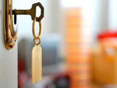 Житель Хакасии, открывая дверь в квартиру, повесился на ключе