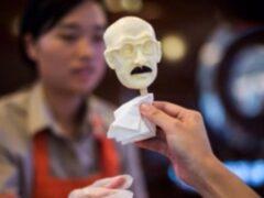 В Китае начали продавать мороженое в виде лица японского экс-премьера