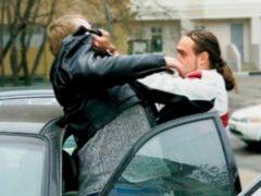 В Москве пьяный полицейский избил водителя из-за места на парковке