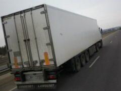В Новосибирске перевернулся прицеп грузовика с продуктами