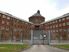 Заключенный уже сутки отказывается слезть с крыши тюрьмы в Манчестере
