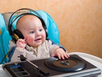 малыш слушает записи