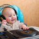 Ученые выяснили, что пение успокаивает детей больше, чем речь