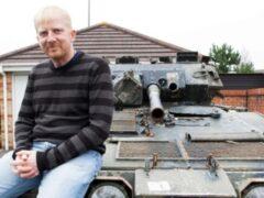 Мужчина спонтанно купил танк на аукционе и переехал в новый дом