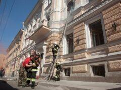 В Петербурге спасли мужчину из горящей квартиры на Бутлерова