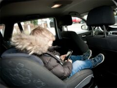 В Англии запретили курить в автомобиле при детях-пассажирах
