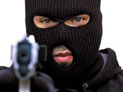 В Новотроицке двое мужчин в масках ограбили заправку