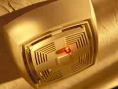 Подмосковным алкоголикам и пенсионерам поставят пожарные датчики