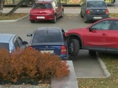 В Красноярске студентка СФУ «припарковала» свою «Мазду» в окно «Опеля»