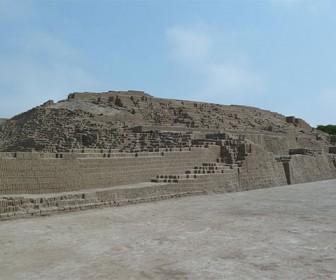 комплекс Уака Пукьяна в центре Лимы