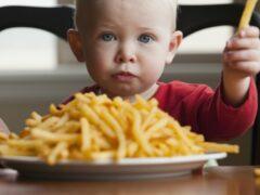 Ученые назвали самую вредную для детей еду
