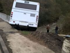 В Сочи пассажирский автобус опрокинулся в кювет
