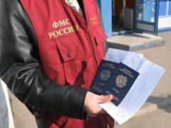 В Петербурге мигранты пытались задушить инспектора ФМС