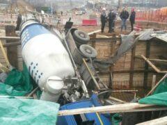 Бетономешалка свалилась в строительный котлован на западе Москвы