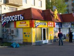 В Петербурге преступник в маске ограбил салон «Евросети» на 100 тысяч