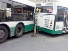 Два рейсовых автобуса столкнулись на западе Москвы