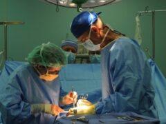 Воронежские врачи достали из живота женщины метровую салфетку