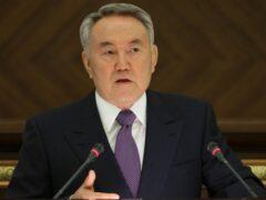 Назарбаев пояснил, почему он носит костюм казахстанского производства