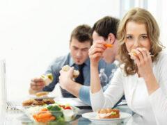 Ученые: Совместные обеды с коллегами повышают эффективность работы