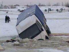 В Якутии под лед провалились три грузовика с углем