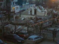 При сносе дома в Москве бетонная плита упала на автомобили