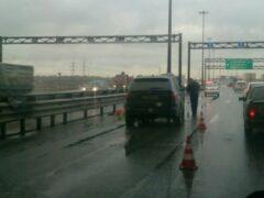 Автомобиль BMW X5 насмерть сбил дорожного рабочего на КАД в Петербурге