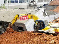 Китайский чиновник совершил самоубийство после схода мусорного оползня