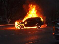 Две горящие машины перекрыли Октябрьскую набережную в Петербурге