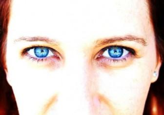 голубые глаза