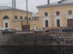 Машина повисла над Обводным каналом, пробив ограждение