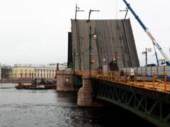 Четверо пьяных мужчин напали на охранников на Дворцовом мосту в Петербурге