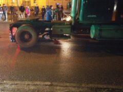 Тягач на «зебре» насмерть сбил женщину-пешехода в Красном Селе