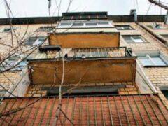 Суд отправил на лечение алматинку, выбросившую детей c 5 этажа
