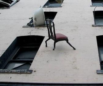 выбросил вещи из окна