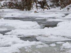Два рыбака провалились под лед на озере в Витебском районе